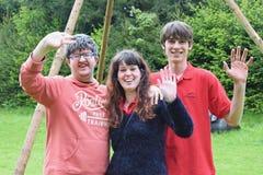 Gruppo di giovani amici smilling felici immagine stock