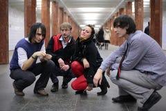Gruppo di giovani amici sulla stazione di metro fotografie stock