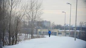 Gruppo di giovani atleti che corrono tecnicamente nella foresta di inverno stock footage