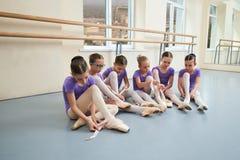 Gruppo di giovani ballerine alla classe di balletto Fotografia Stock