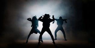 Gruppo di giovani ballerini hip-hop che eseguono sulla fase immagine stock
