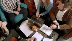 Gruppo di giovani che discutono un nuovo progetto stock footage
