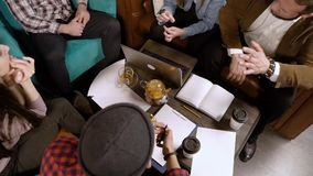Gruppo di giovani che discutono un nuovo progetto Vista superiore video d archivio