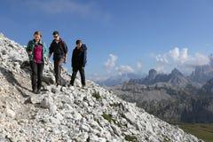 Gruppo di giovani che fanno un'escursione nelle montagne Fotografia Stock