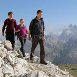Gruppo di giovani che fanno un'escursione nelle montagne Immagine Stock Libera da Diritti