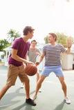 Gruppo di giovani che giocano la partita di pallacanestro Fotografia Stock Libera da Diritti