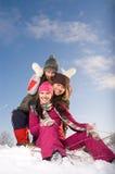 Gruppo di giovani che hanno divertimento esterno Fotografie Stock