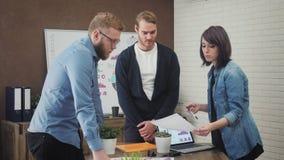 Gruppo di giovani che lavorano nell'ufficio moderno stock footage