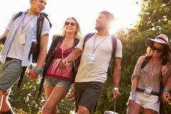 Gruppo di giovani che vanno in campeggio al festival di musica Fotografie Stock