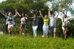 Gruppo di giovani contro la natura Immagini Stock Libere da Diritti