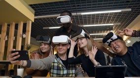 Gruppo di giovani divertendosi con i vetri di realtà virtuale del vr nell'ufficio moderno archivi video