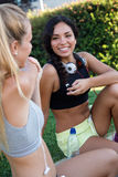 Gruppo di giovani donne che fanno che allunga nel parco Fotografia Stock