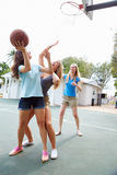 Gruppo di giovani donne che giocano la partita di pallacanestro Immagine Stock Libera da Diritti