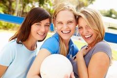 Gruppo di giovani donne che giocano la partita di pallavolo Fotografie Stock