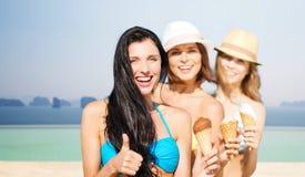 Gruppo di giovani donne felici con il gelato sulla spiaggia Fotografia Stock