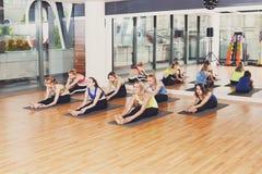 Gruppo di giovani donne nella classe di yoga Fotografie Stock Libere da Diritti