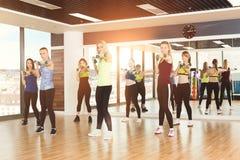 Gruppo di giovani donne nella classe di forma fisica immagine stock