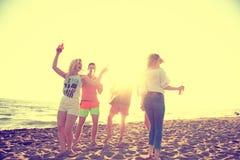 Gruppo di giovani felici che ballano alla spiaggia sulla bella Unione Sovietica Immagini Stock Libere da Diritti