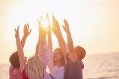 Gruppo di giovani felici che ballano alla spiaggia sulla bella Unione Sovietica Immagine Stock Libera da Diritti