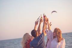 Gruppo di giovani felici che ballano alla spiaggia sulla bella Unione Sovietica Fotografia Stock