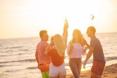 Gruppo di giovani felici che ballano alla spiaggia sulla bella Unione Sovietica Immagine Stock