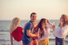 Gruppo di giovani felici che ballano alla spiaggia sulla bella Unione Sovietica Fotografie Stock Libere da Diritti