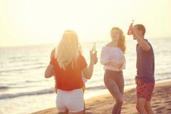 Gruppo di giovani felici che ballano alla spiaggia sulla bella Unione Sovietica Fotografia Stock Libera da Diritti
