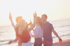 Gruppo di giovani felici che ballano alla spiaggia sulla bella Unione Sovietica Immagini Stock