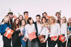 Gruppo di giovani felici che celebrano insieme e che si divertono sopra il fondo bianco Fotografia Stock Libera da Diritti