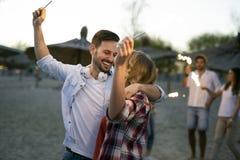 Gruppo di giovani felici che godono delle vacanze estive Fotografia Stock