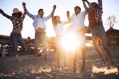 Gruppo di giovani felici che godono delle vacanze estive Fotografia Stock Libera da Diritti