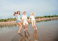 Gruppo di giovani felici che hanno grande tempo sopra Fotografia Stock