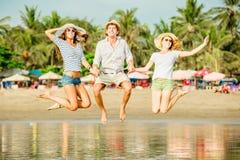 Gruppo di giovani felici che hanno grande tempo sopra Immagini Stock