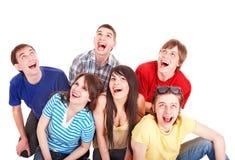 Gruppo di giovani felici che osservano in su. Fotografia Stock