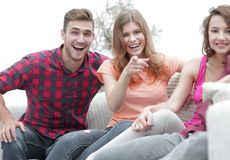 Gruppo di giovani felici che si siedono sullo strato Fotografia Stock Libera da Diritti