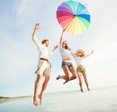 Gruppo di giovani felici divertendosi sul Immagine Stock Libera da Diritti
