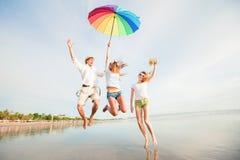 Gruppo di giovani felici divertendosi sul Immagini Stock