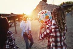 Gruppo di giovani felici divertendosi sulla spiaggia Fotografia Stock