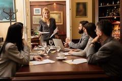 Gruppo di giovani gente di affari o avvocati - riunione in un ufficio Immagini Stock Libere da Diritti