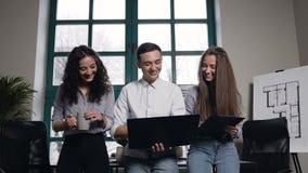 Gruppo di giovani ingegneri Donna sorridente che dà cinque al cowoker maschio felice dopo il riuscito lavoro archivi video