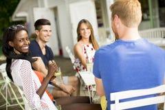 Gruppo di giovani nel caffè Fotografie Stock