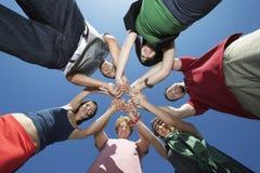 Gruppo di giovani nel cerchio fotografie stock libere da diritti