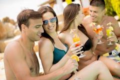 Gruppo di giovani nella piscina fotografia stock
