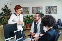 Gruppo di giovani persone di affari che utilizzano computer portatile nell'ufficio, concetto di partenza immagine stock libera da diritti