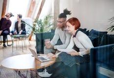 Gruppo di giovani persone di affari che utilizzano computer portatile nell'ufficio, concetto di partenza fotografia stock libera da diritti