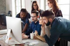 Gruppo di giovani progettisti che lavorano come gruppo Immagini Stock Libere da Diritti