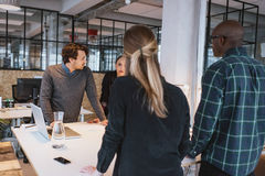 Gruppo di giovani progettisti che lavorano insieme nell'ufficio Immagine Stock Libera da Diritti