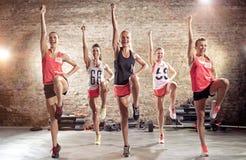 Gruppo di giovani sportivi che si preparano insieme fotografie stock