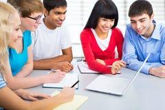 Gruppo di giovani studenti Fotografia Stock