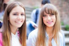Gruppo di giovani studenti che si siedono all'aperto Fotografia Stock Libera da Diritti